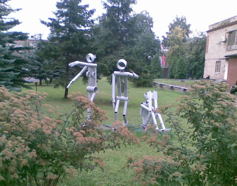 Файл:Скульптуры у корпуса К.jpg